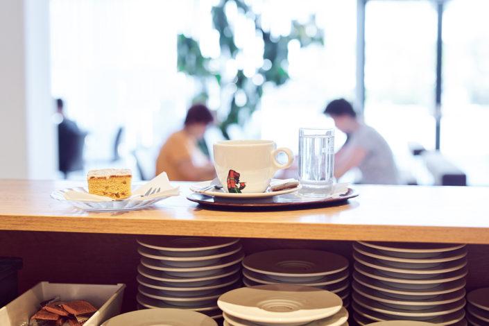 Kaffee und Kuchen an der Hotelbar