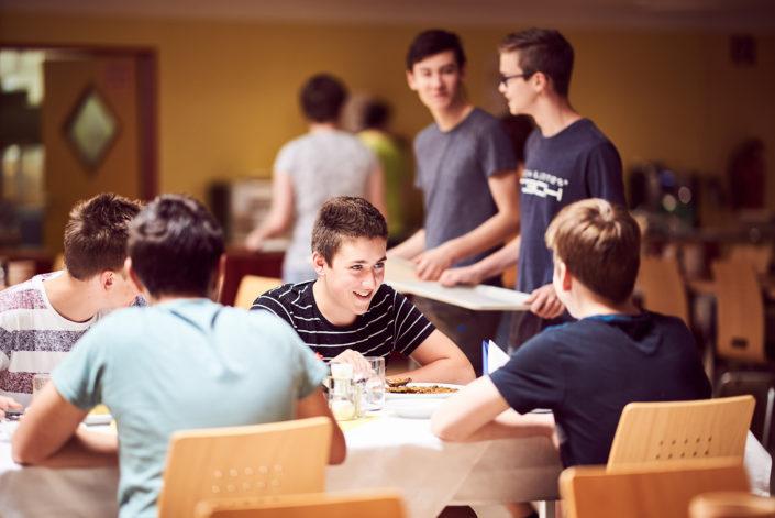 Junge Leute in Speisesaal