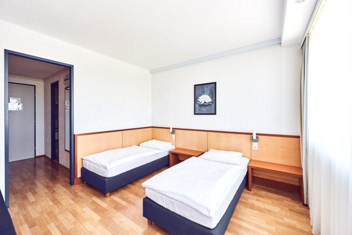 Hotelzimmer zwei Betten hell freundlich