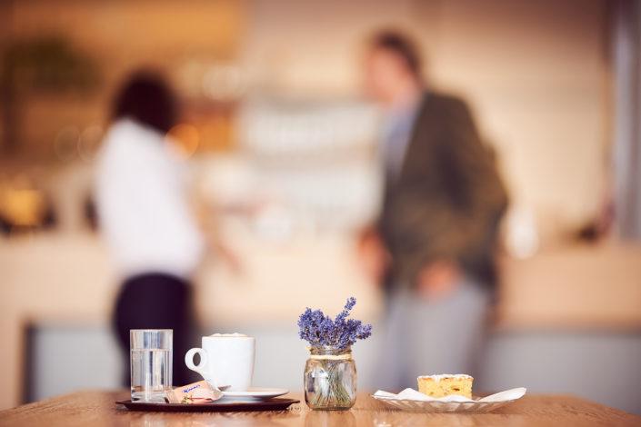 Kaffee, Kuchen und Lavendel auf Kaffeehaustisch