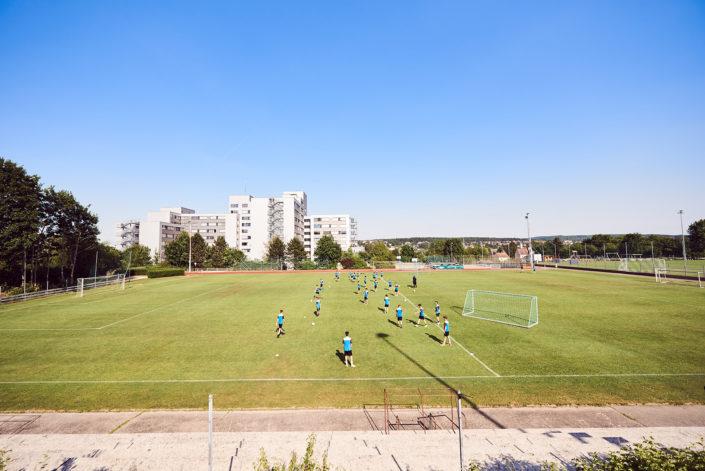 HTL und Sport- und Seminarhotel Hollabrunn mit Fussballfeld davor