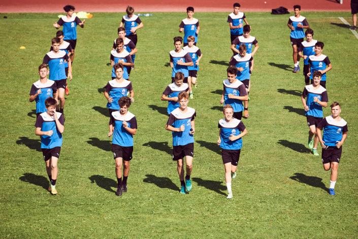junge Fussballer laufen in Formation