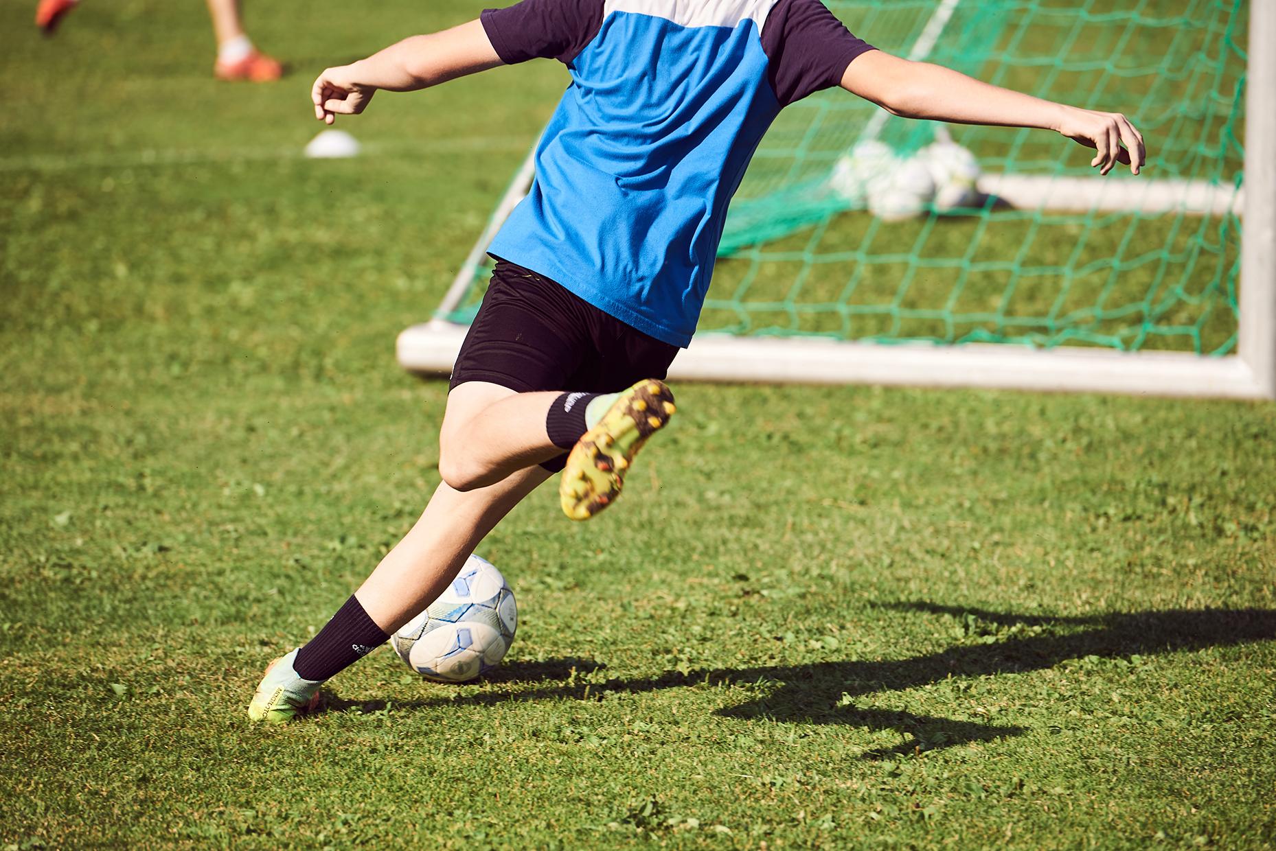 Fussballer mit blauem Dress